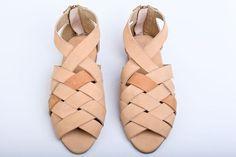 סנדלי עור בעבודת יד - מהדורה מצומצמת  נעליים נוחות בעלות שיק אורבני  עשויות עור רך המתאים עצמו לצורת הרגל במהרה  עקב נח בגובה 1.5 סנטימטרים    // ההנחה בלעדית לקנייה במרמלדה מרקט //  // המשלוח עלינו ♥ //    מידות קיימות במלאי  38 / 39 / 40 / 41  במידה והנעליים אינן מתאימות תמיד ניתן להחליף/להחזיר    אם את לא בטוחה לגבי המידה המתאימה לך פשוט עימדי על פיסת נייר יחפה, סמני קו מאחורי העקב וקו לפני הב�