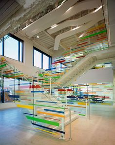 Clean look with clean lines of colour. Interior Design Facts, Interior Design Magazine, Interior Design Inspiration, Work Inspiration, Glass Stairs, Environmental Design, Environmental Graphics, Studios Architecture, Window Graphics