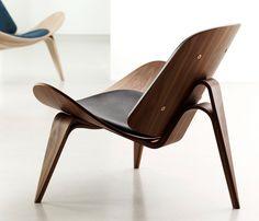 O designer dinamarquês Hans J. Wegner explorou o uso da madeira em curvas, conseguindo um efeito incrível para este assento.   Clique aqui para mais detalhes⬇️⬇️⬇️