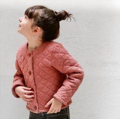 Vic est un patron de couture d'un gilet pour enfant de niveau facile. Patron VIC Ikatee. Handmade Baby, Winter Jackets, Gilets, Magazine, Pdf, Products, Fashion, Poplin, Kids Vest