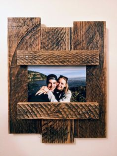 How To Build A DIY Pallet Wood Picture Frame diy pallet - diy pallet projects - diy pallet furniture