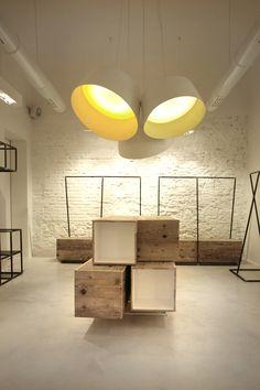 "clothing shop | ""dixie"" | italy | by a'morfo. Hier geht's um die Kisten, innen weiß lackiert."