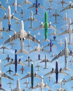 """Der Fotograf Mike Kelley hat tausende Male das gleiche Motiv fotografiert. Dank aufwendiger Bearbeitung sind daraus beeindruckende """"Airportraits"""" geworden."""
