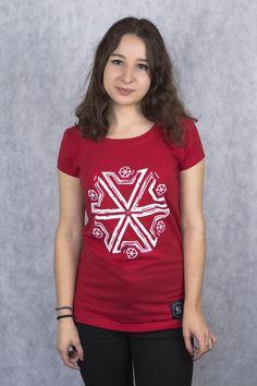 Na gruncie znaków związanych z przyrodą wyrosło wiele podań i wierzeń. Między innymi symbol gromowładcy - emblemat Peruna - najważniejszego bóstwa w słowiańskim panteonie. Nasi przodkowie obawiali się go i wznosili do niego modły - jego dziedzina zsyłała poruszające lęk i wyobraźnię grzmoty i pioruny, ale także - błogosławiony deszcz.  Damski T-shirt Symbol Gromowładcy wykonany został z bawełny z domieszką elastanu.