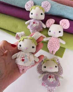 Discover thousands of images about Son tan pequeñitos y dulces. Pronto viajarán a su nuevo hogar. 🐁💜🐇 Sweet little Baby bunny and little mouse.They are so small and… Sock Dolls, Plush Dolls, Rag Dolls, Diy Cat Toys, Hamster, Fabric Toys, Bunny Toys, Tiny Dolls, Sewing Dolls