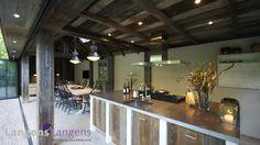 De orangerie heeft een prachtige dakconstructie en keuken van barnwood, afkomstig van een oude Franse schuur