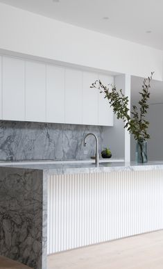 Looking for ideas or inspiration for your kitchen splashback? Here are the kitchen splashback trends right now! Trends aside, these are all beautiful Stone Kitchen Island, Kitchen Island With Stove, Modern Kitchen Island, Kitchen Benches, Kitchen Cupboards, Stone Benchtop Kitchen, Kitchen Black, Stone Island, Beach House Kitchens