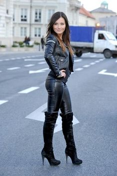 Leather leggings and thigh boots make a super sexy street look this fall! Leggings are the new black! Find the most fashionable street style legging outfits that you can easily copy and wear this fall. Fashion Moda, Look Fashion, Fashion Outfits, Womens Fashion, Fashion Beauty, Botas Sexy, Hot High Heels, High Heel Boots, Knee Boots