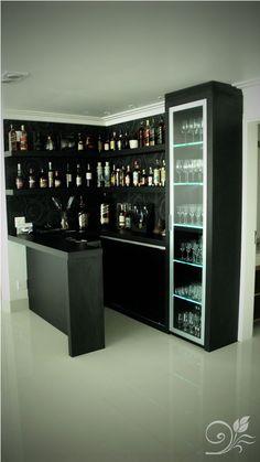 Bar com cristaleira, podendo ser colocada tanto em áreas de estar da casa quanto em cozinhas! #bar #living