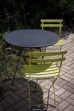 Zestaw ogrodowy składający się z dwóch krzeseł i stołu z kolekcji Arc en Ciel marki Emu. Wykonany ze stali. Dostępny w bardzo bogatej palecie kolorystycznej. Doskonale sprawdza się na balkonie, tarasie czy w ogrodzie. Outdoor Furniture Sets, Outdoor Decor, Emu, Design, Home Decor, Balcony, Decoration Home, Room Decor