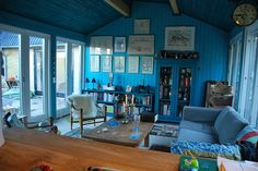 Love the #vintagefurniture and #bluedecor. I can imagine this place near a beach!