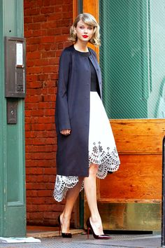 .1 9 8 9 Taylor Swift Outfits, Midi Skirt, Duster Coat, Celebs, Street Style, Pretty, Skirts, Jackets, Clothes