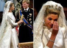 A princesa Maxima, de origem argentina, usou em seu casamento com Willem-Alexander, em 2002, um vestido Valentino de seda marfim e mangas compridas, com cinco metros de cauda.