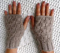 Par de luvas sem dedos, cano médio em tamanho único. Feitas artesanalmente em tricô. Esta lã pode não estar disponível, por isso, antes de confirmar a compra, consulte-nos!  * Para outras cores e tamanhos, por favor, entre em contato!