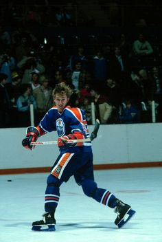 wayne gretzky on the rush x Wallpapers x Wallpapers Ice Hockey Players, Nhl Players, Hockey World, Wayne Gretzky, Stanley Cup Champions, Hockey Games, Edmonton Oilers, Nfl Fans, Toronto Maple Leafs