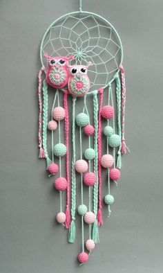 Crochet owls in a dream catcher. Ideal for a child& room. - Crochet owls in a dream catcher. Ideal for a child& room. Crochet Owls, Crochet Home, Crochet Patterns, Crochet Hearts, Crochet Animals, Free Crochet, Dreamcatcher Crochet, Dreamcatchers Diy, White Dreamcatcher