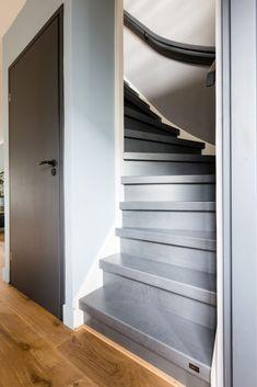 gezien bij vtwonen Verbouwen of Verhuizen! Decor: Blue Ice (Limited Edition) Foto: Barbara Kieboom House Stairs, Staircase Storage, Entry Stairs, Loft Design, Interior Design Trends, Interior Design Living Room, Interior Design, Stairs Design, Beautiful Living