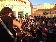 Terrassa del Portal 22 de gom a gom per gaudir del directe de la Joana Serrat acompanyat de la posta de sol.