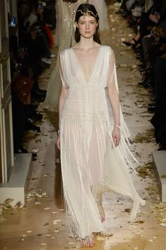 Inspiration mariage : les robes blanches du défilé Valentino 10 http://www.vogue.fr/mariage/inspirations/diaporama/inspiration-mariage-les-robes-blanches-du-dfil-valentino/25159#inspiration-mariage-les-robes-blanches-du-dfil-valentino-10