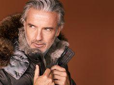 Die Jacke mit Fell und Pelz-Details von BOGNER ist durch ihre Füllung aus 80% Daune und 20% Feder superleicht und warm zugleich. Die Kapuze mit Fell ist abnehmbar. Abgerundet durch exquisite Pelz-Details wird die Jacke das Lieblingsstück für Anspruchsvolle.