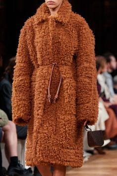 Stella McCartney Fall 2020 Ready-to-Wear Fashion Show | Vogue Winter Coat Outfits, Warm Outfits, Trendy Fashion, Fashion Show, Womens Fashion, Vogue Paris, Stella Mccartney Tennis, Tennis Fashion, Winter Trends