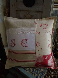 © L'Atelier d'Aston Cushions To Make, Pin Cushions, Sofa Pillows, Throw Pillows, Sewing Crafts, Sewing Projects, Pillow Inspiration, Cute Quilts, Patchwork Pillow