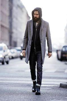 e98432a2fa6e grauer Mantel, schwarzer Pullover mit einem Kapuze, weißes T-Shirt mit  einem Rundhalsausschnitt, schwarze Jeans für Herren