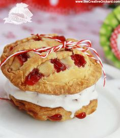 what's farm style without pie! These adorable mini pies make a mouthwatering icecream sandwich! Source and tutorial Dessert Dishes, Pie Dessert, Dessert Recipes, Apple Pie Ice Cream, Ice Cream Pies, Cherry Hand Pies, Sorbets, Mini Pies, Cupcakes