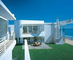 richard meier beach house 2 Luxury Beach Houses – Oceanfront Design with White Exteriors and Interiors Beach House Tour, Beach House Plans, Beach House Decor, White Exterior Paint, Modern Exterior, Contemporary Beach House, Modern House Design, Modern Houses, House 2