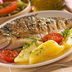 Baked sea bream with potatoes - MAJ - - Dorade au four aux pommes de terre Baked potato bream (easy, fast) – A CuisineAZ recipe Healthy Picnic, Healthy Dinner Recipes, Croatian Recipes, Fish Dishes, Fish Recipes, Family Meals, Slow Food, Food And Drink, Potatoes