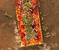 Den här rödbetspajen kan vända vilken veggoskeptiker som helst! De söta betorna och den salta herrgårdsosten blir en klockren smakkombination, som också mättar fint. Bjud den vackert rosaröda pajen varm eller ljummen. Festlig att servera på kalaset!