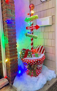 Grinch Christmas Party, Christmas Porch, Diy Christmas Ornaments, Christmas Projects, Christmas Crafts, Outside Christmas Decorations, Christmas Themes, Grinch Stuff, Christmas Tree Inspiration