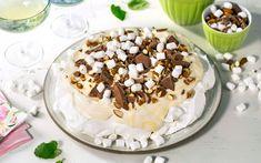 Alle blir glade av søt sjokolade, myke marshmallows og sprø mandler – derfor har kaken fått navn etter vanskelige tider. For å gjøre marengsen ekstra spennende kan du vende noen marshmallows inn i den også.