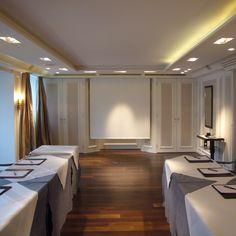 Hotel Palace Konferenzraum, #Medienschrankwand weiß lackierten mit Füllungstüren