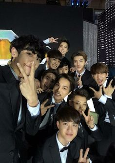 exo won best selfie award!!!! I JUST CANTFFF! PLEASE!! GO AWAY DONT TOUCH ME