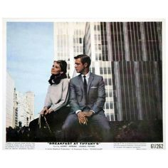A publicity still for Blake Edwards' 1961 romantic comedy 'Breakfast at Tiffany's' starring Audrey Hepburn and George Peppard George Peppard, Iconic Movies, Good Movies, Classic Hollywood, Old Hollywood, Mode Poster, Blake Edwards, Holly Golightly, Divas
