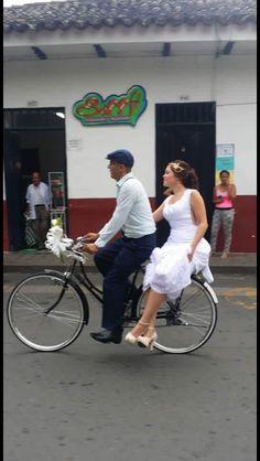 Hermosa escena del padre llevando a su hija a su matrimonio. Esto sucedió en Guadalajara de Buga, Valle del Cauca, Colombia. La boda fue el día 26 de diciembre de 2.015 a las 5 pm en la Catedral de San Pedro. (Publicado en FB por LSJB)