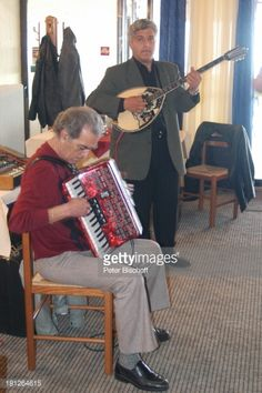 01-29 Musiker beim Sirtakitanz in einer Taverne, Katakolon,... #pyrgos: 01-29 Musiker beim Sirtakitanz in einer Taverne,… #pyrgos