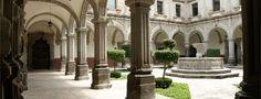 Ciudad de Querétaro > Santiago de Querétaro > Cultural El Patio Barroco, antiguo claustro del Colegio de San Ignacio, es actualmente parte de la Facultad de Filosofía de la Universidad Autónoma de Querétaro. Debido a su apacible cantera rosa, a su muy delineada arcada de la crujía inferior y a su cuidada simetría, éste es uno de los patios más bellos y armoniosos de la ciudad.
