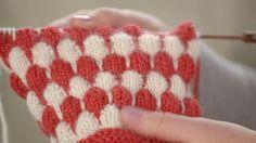 Muhkeaa kuplaneuletta käytetään usein asusteissa, mutta yllätä neulomalla sitä myös vaatteisiin, tyynyihin ja peittoihin. Sen tekeminen on helppoa! Katso videolta, miten neulot sitä.