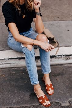 Where to Buy Discounted Hermes Oran Sandals Crop Top Outfits, Dressy Outfits, Fashion Outfits, Black Sandals Outfit, Gold Sandals, Womens Fashion Online, Latest Fashion For Women, Hermes Oran Sandals, Valentino Sandals