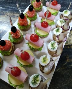 Snacks Für Party, Easy Snacks, Amazing Food Decoration, Wedding Buffet Food, Charcuterie Recipes, Party Food Platters, Bite Size Appetizers, Food Now, Easy Appetizer Recipes