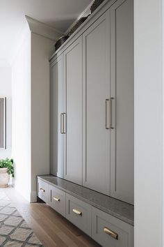 Mudroom Cabinet Built-in Bench Caesarstone Symphony Grey I love this trick It's such a hard durable surface. You can put your shoes up on the ledge … – Mudroom Entryway Mudroom Cabinets, Built In Cabinets, Bench Mudroom, Hallway Cabinet, Gray Cabinets, Interior Minimalista, Built In Bench, Built In Lockers, Shaker Cabinets