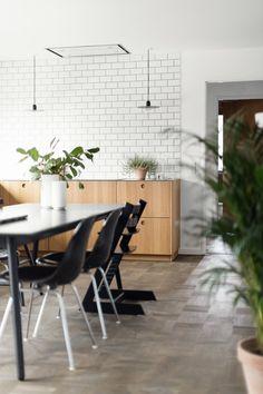 Home story – Espergærde in North Zealand, Denmark First Kitchen, New Kitchen, Kitchen Ikea, Classic House, Ikea Hack, Scandinavian Design, Countertops, Kitchen Design, Dining Table