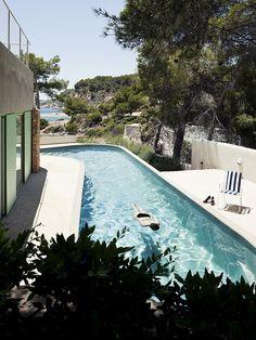 Gallery of Baladrar House / Langarita Navarro Arquitectos - 21 zwembad uitzicht woning luiken groen