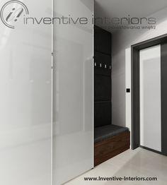 Projekt wiatrołapu Inventive Interiors - biała szafa w połysku z przesuwnymi drzwiami