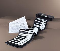 1790 Kč | Snad ještě nikdy nebyl klavír tak flexibilní jako toto skládací piano: je vybaveno 49 klávesami z odolného silikonu, který se dá otírat vlhkým hadříkem, a dá se kompaktně srolovat, takže je můžete mít po ruce i na cestách. Outdoor Furniture, Outdoor Decor, Floor Chair, Sun Lounger, Piano, Usb, Flooring, Rock, Home Decor