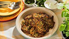 Pyszne placki z cukinii z kurkumą, curry i świeżymi ziołami.