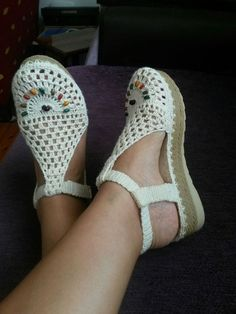 I could see myself wearing a pair of jeans with these shoes. So comfy looking Sie Hausschuhe Sandalen Crochet Slipper Boots, Crochet Sandals, Knit Shoes, Crochet Slippers, Knit Crochet, Crochet Shoes Pattern, Shoe Pattern, Cute Shoes, Me Too Shoes