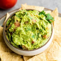 This quick easy guacamole recipe is made with a handful of healthy ingredients and is ready in 5 minutes! This simple guacamole dip is our favorite appetizer and we always make it on taco nights! Watch the video to learn how to make this guacamole recipe! Guacamole Recipe Easy, Avocado Recipes, Guacamole Recipe Pioneer Woman, Guacamole Recipe Without Onion, Ina Garten Guacamole Recipe, Homemade Guacamole Easy, Guacamole Sauce, Avocado Dip, Mexican Food Recipes